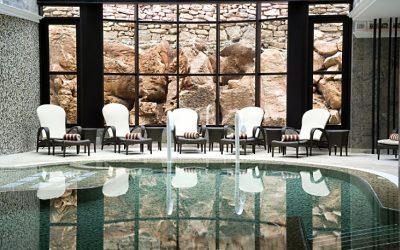 8 hotéis com piscinas interiores para mergulhar nos dias mais frios